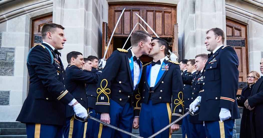 ABD'li İki Yüzbaşı, Görev Başındayken Evlenen İlk Eşcinsel Çift Oldu