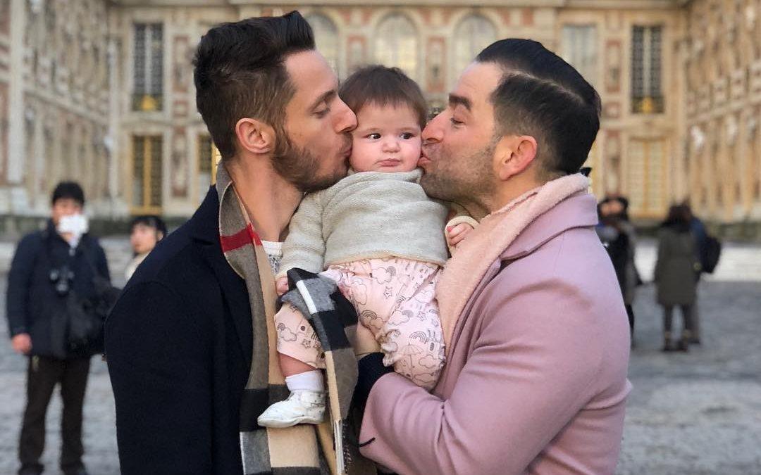 Gay Çift, Yeni Doğmuş Bebeklerini Paris'e Götürdü ve Ortaya Çıkan Görüntüler Muhteşemdi!