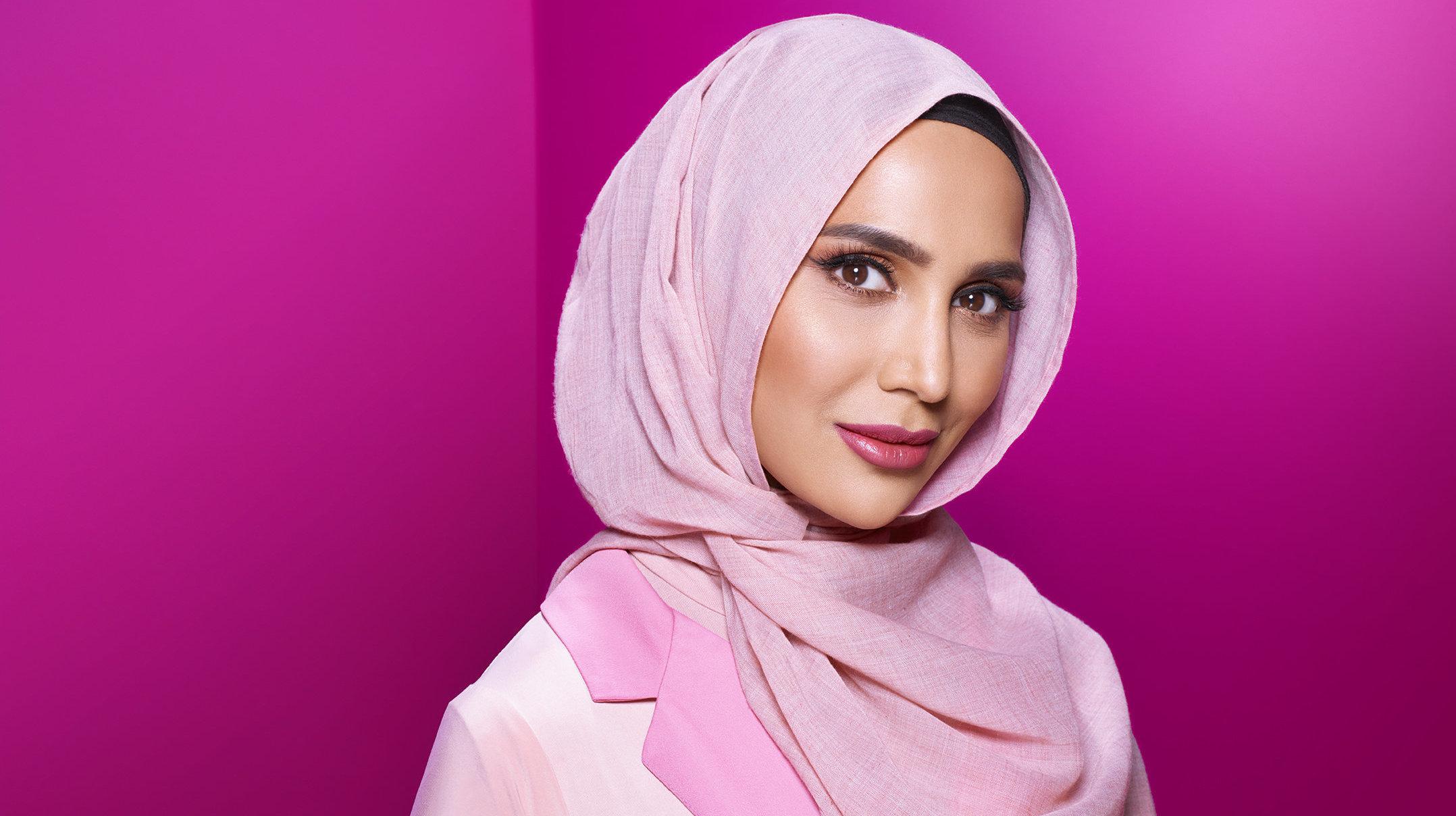 İzleyin: Kozmetik Devi L'Oreal, Yeni Reklamında Bir İlki Gerçekleştirerek Başörtülü Amena Khan'a da Yer Verdi