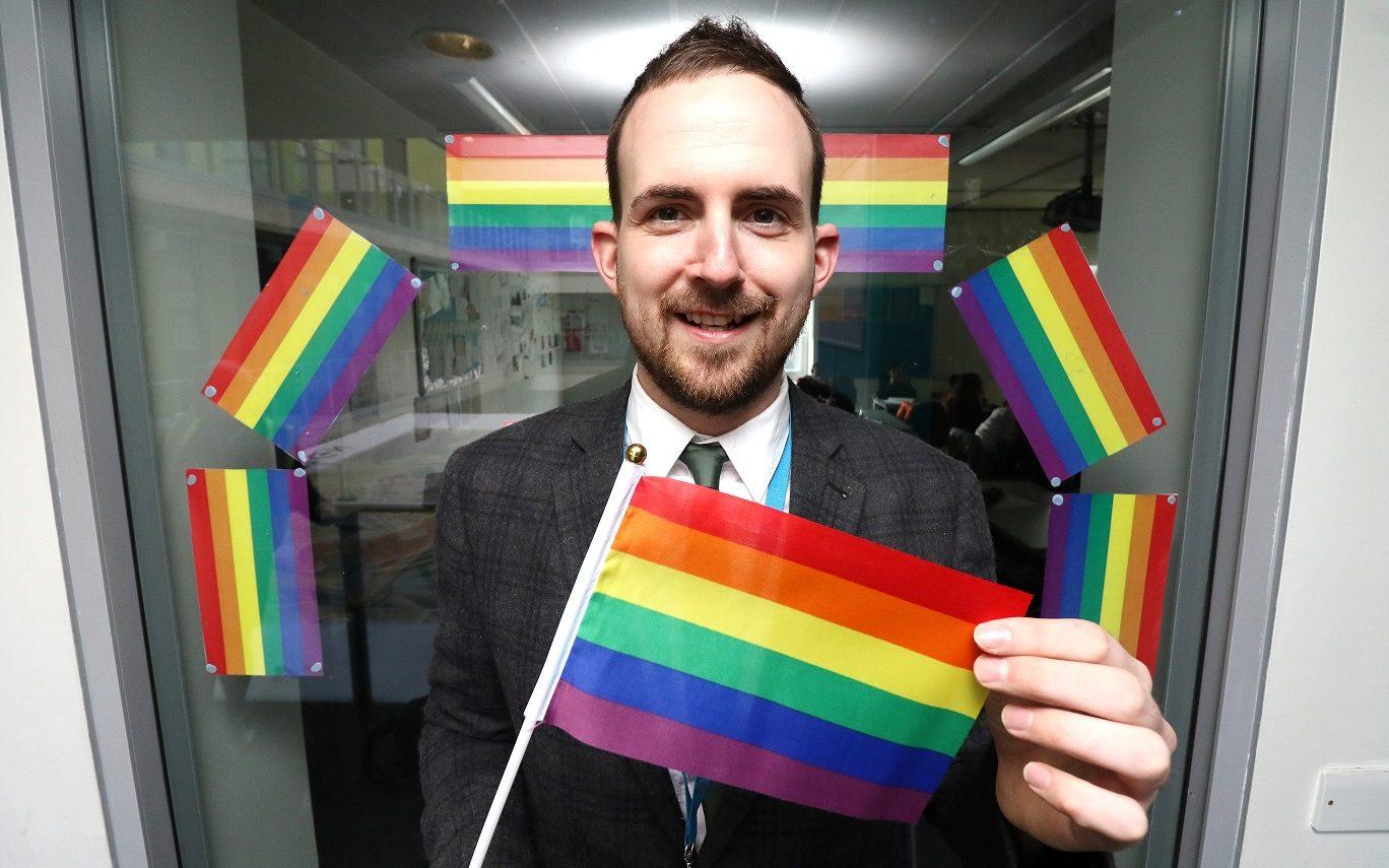 Öğrencileri Tarafından Taciz Edilen Eşcinsel Öğretmene, 110.000 Dolar Tazminat Verildi