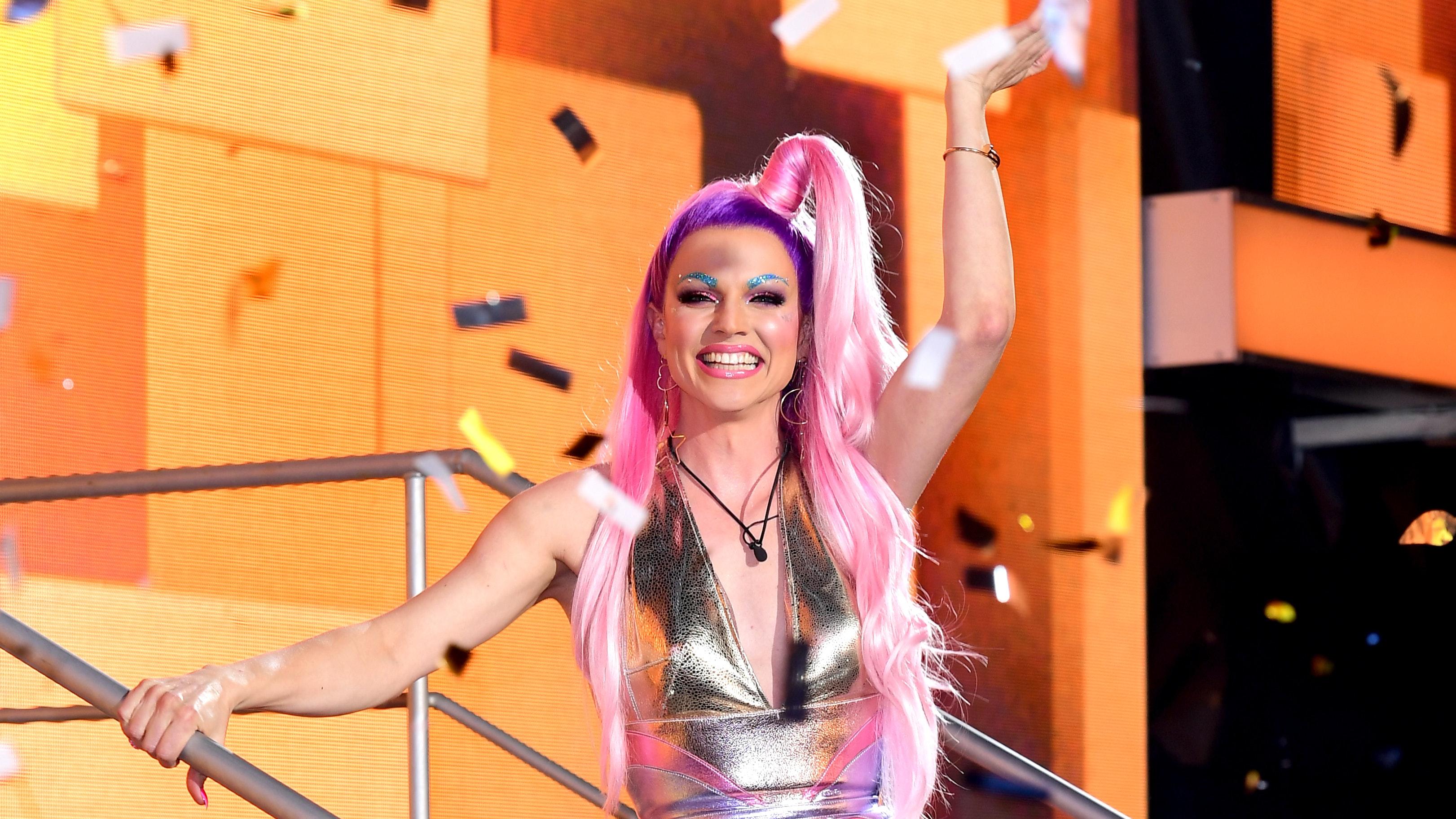 Drag Queen Courtney Act, Ünlü Yarışmada Homofobik Rakibini Yenerek Şampiyon Oldu!
