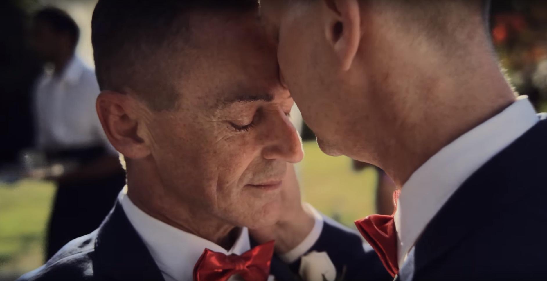 İzleyin: Apple Yeni iPhone X Reklamında Eşcinsel Evliliği Kutladı