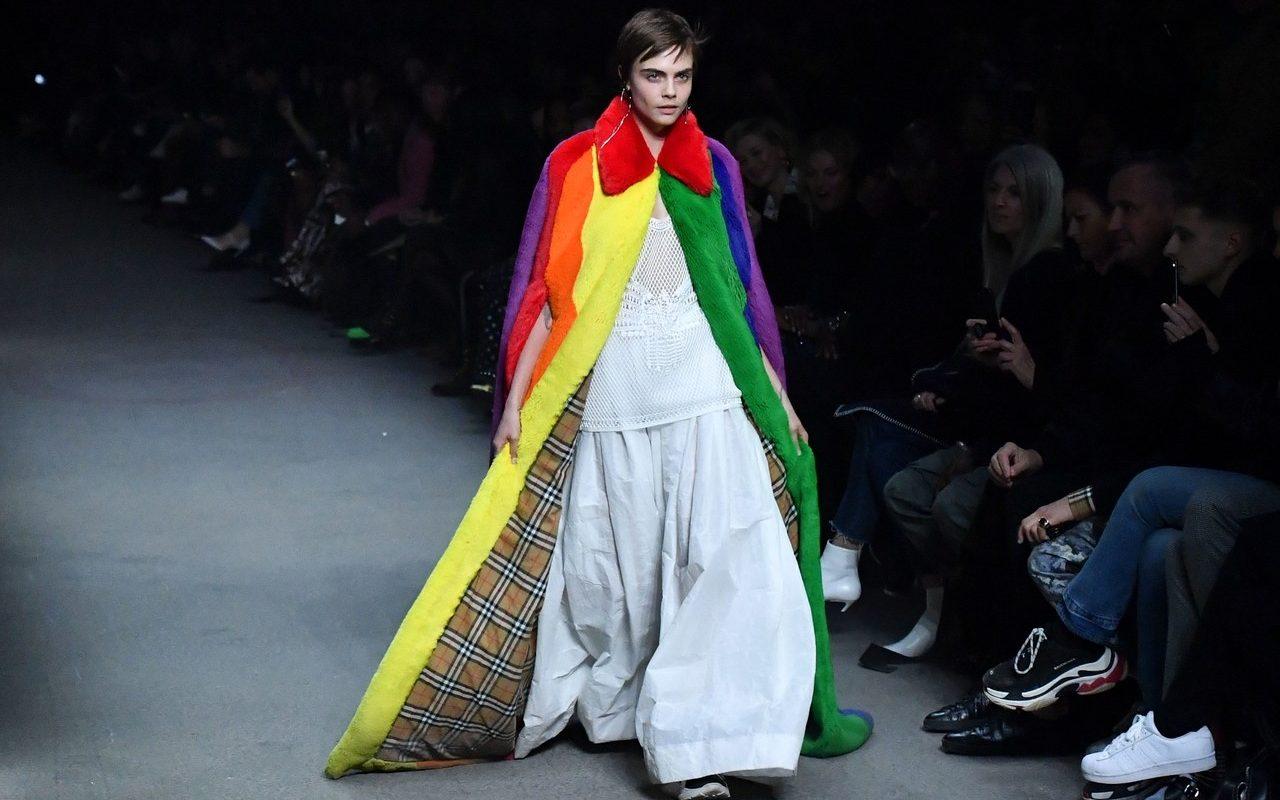 Cara Delevingne, Burberry'nin Gökkuşağı Temalı Moda Şovunun Kapanışını Yaptı
