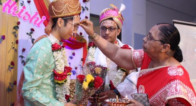 Hindistan'da Eşcinsel Evlilik Tanınmamasına Rağmen, Bir Çift Evlendi!