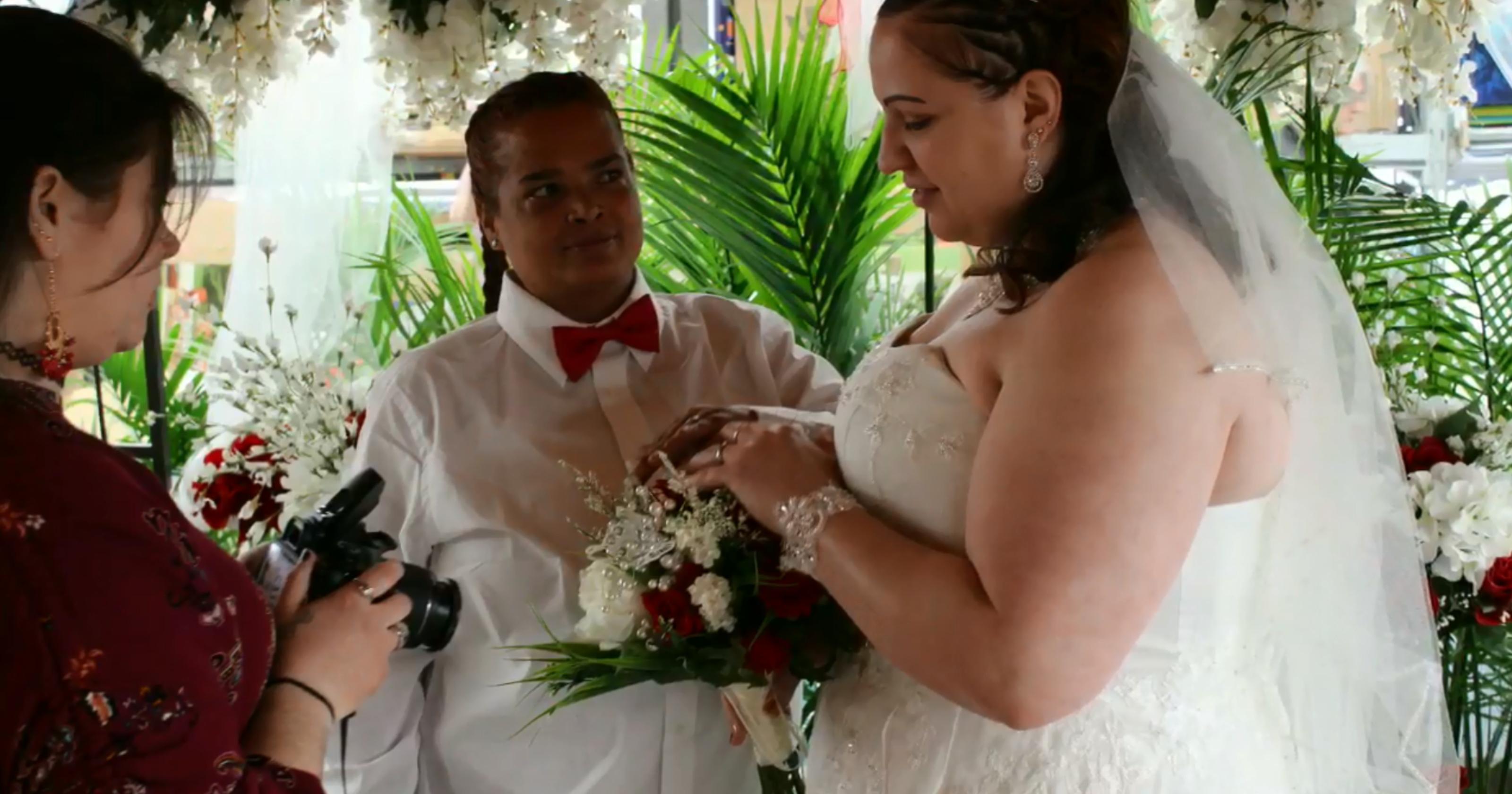 Lezbiyen Çift Ünlü Bir Mağazanın Bahçe Bölümünde Evlendi