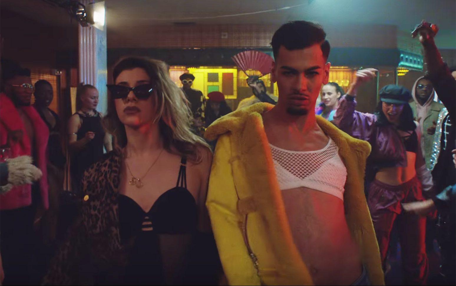 İzleyin: Demi Lovato ve Q-Tip'in Harika Elton John Cover'ı, Bir Gay Barda Vogue Dansı Yapmayı Kutluyor