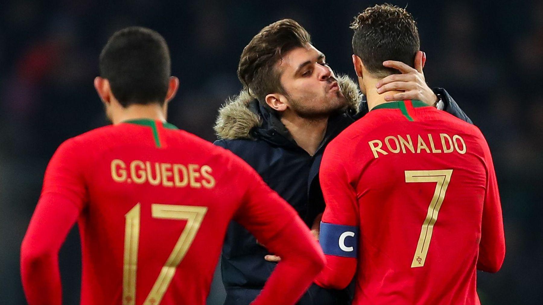 İzleyin: Erkek Taraftar Maç Sırasında Sahaya İnerek Cristiano Ronaldo'yu Öpmeye Çalıştı
