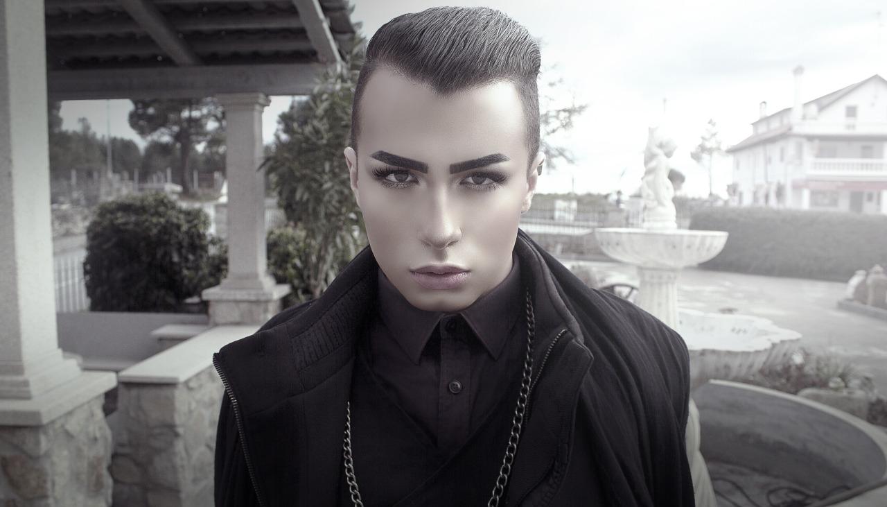 Eşcinsel Gotik Bir Genç, LGBT Bayrağı'na Siyah Şeritin De Eklenmesini İstiyor!
