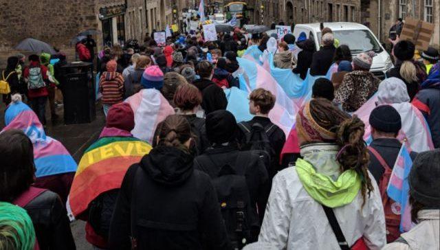 İskoçya'nın İlk Transseksüel Onur Yürüyüşü'ne Yüzlerce İnsan Katıldı!
