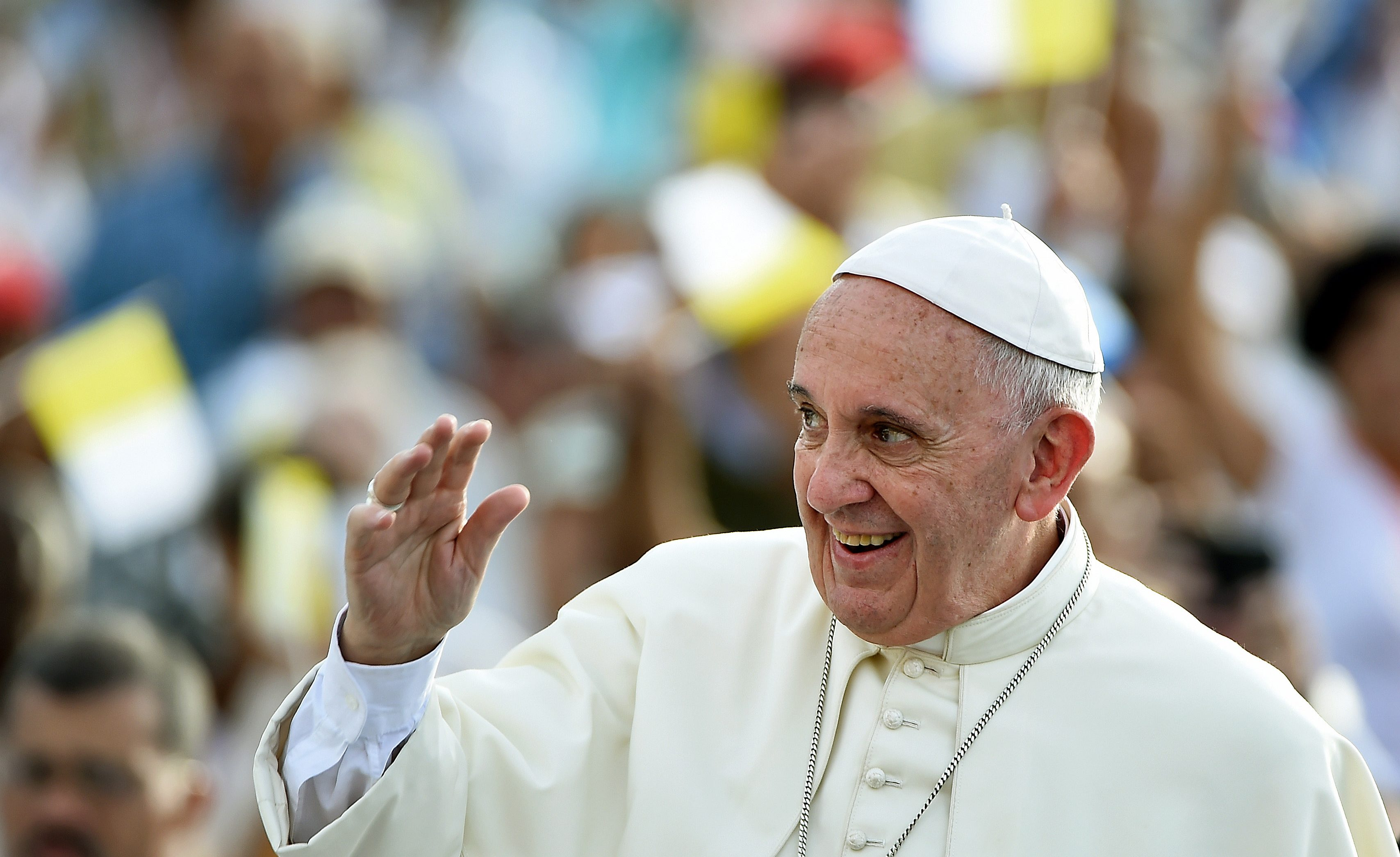Pope Francis arrives at Revolution Square in Havana to give mass on September 20, 2015. Pope Francis greeted massive crowds of fans and Catholic faithful Sunday as he arrived in his popemobile to give mass on Havana's iconic Revolution Square, the highlight of his trip to Cuba. The pontiff's eight-day tour will also take him to the United States.   AFP PHOTO / FILIPPO MONTEFORTE