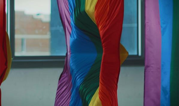 İzleyin: Bir Kurşunu Durdurabilecek İlk LGBT Bayrağı Tasarlandı!