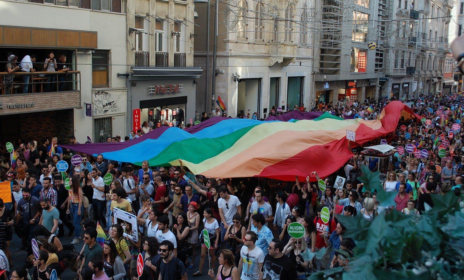 HOMOFOBİNİN Modası Geçti! LGBT'ye Destek Vermeyenleri Artık Parmakla Gösteriyorlar!