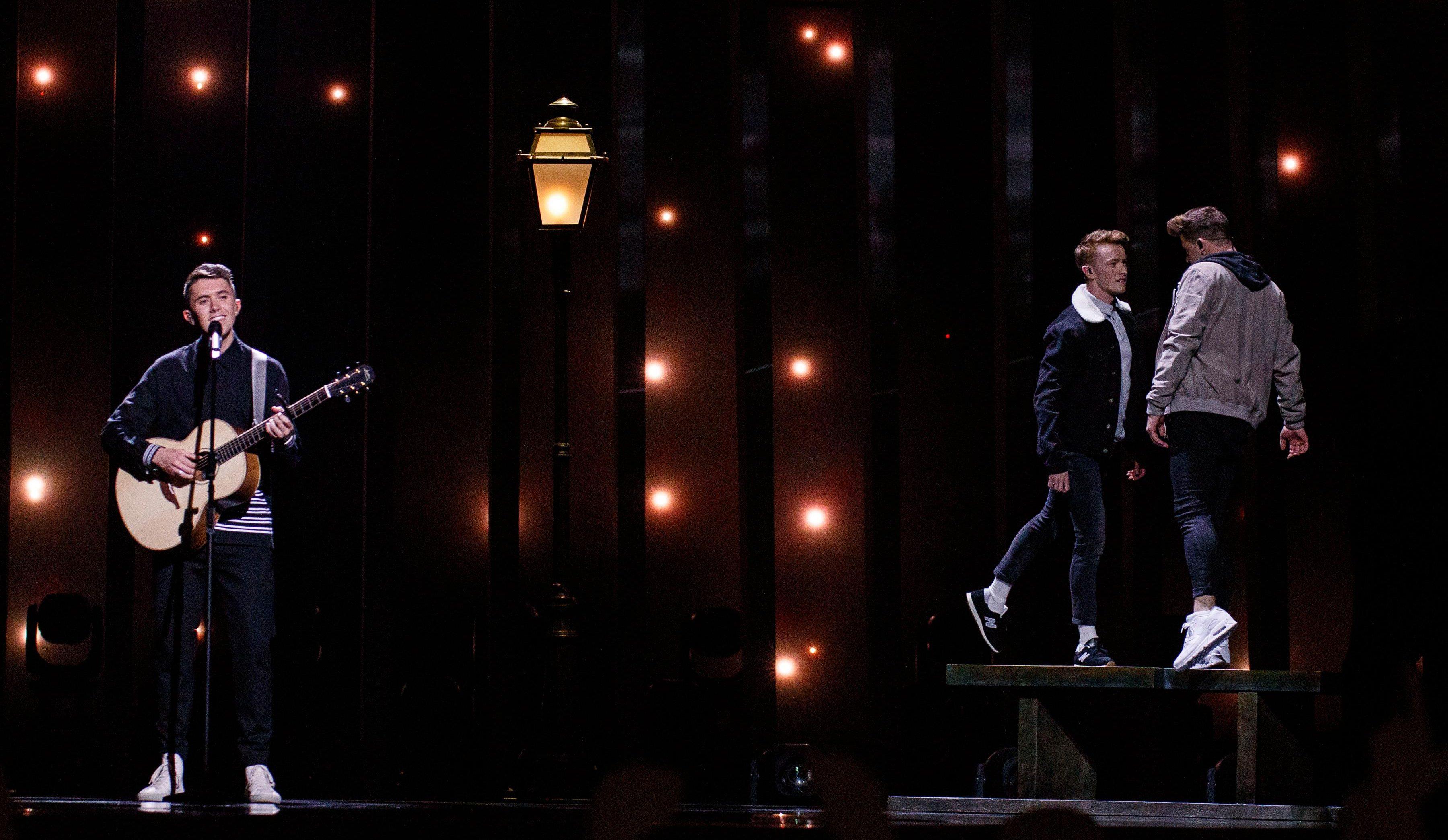 İzleyin: Eşcinsel Dansçılar, İrlanda'ya Eurovision Finalini Getirdi!