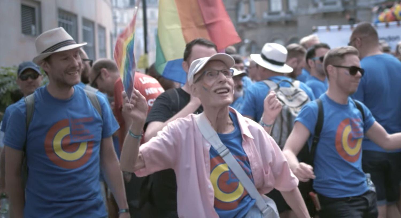 İzleyin: 85 Yaşında Açılıp, İlk Defa Onur Yürüyüşü'ne Katılan Erkek