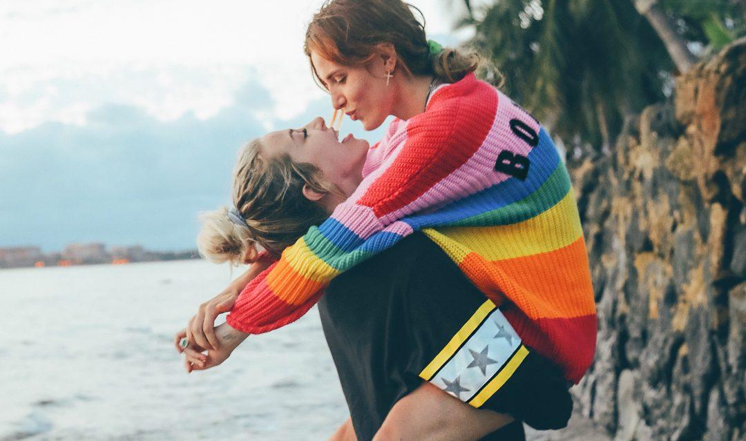 Bella Thorne ile Youtube Yıldızı Tana Mongeau Aşk Yaşıyor