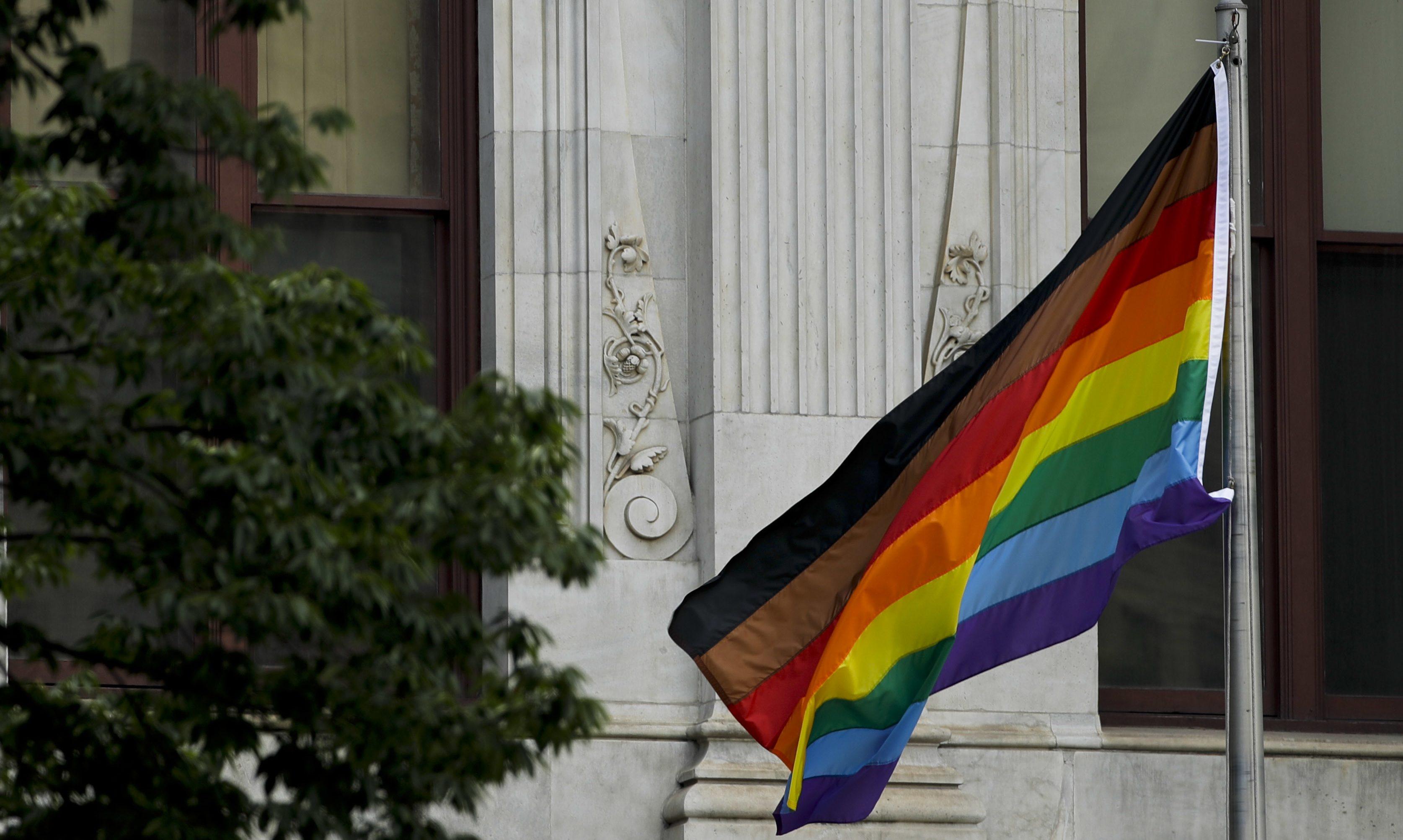 Yaşlı LGBT'ler Yeni Onur Bayrağını Onaylamıyor!