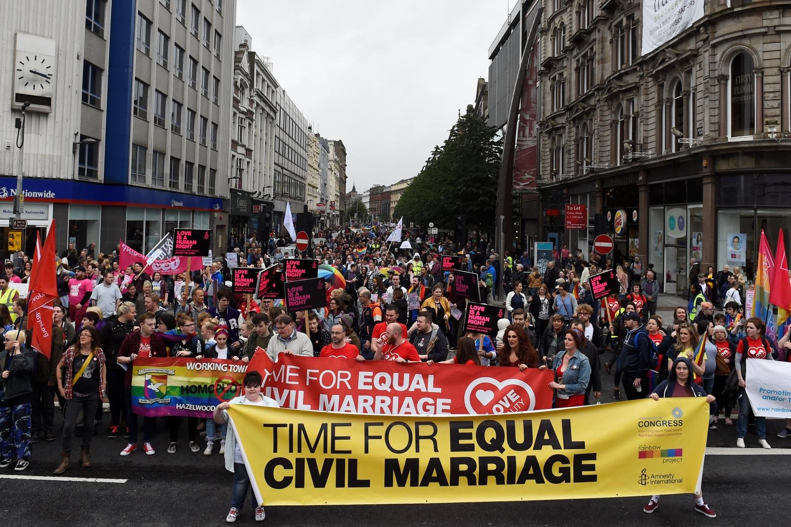 Binlerce Kişi Kuzey İrlanda'da Evlilik Eşitliği İçin Sokaklara Döküldü!