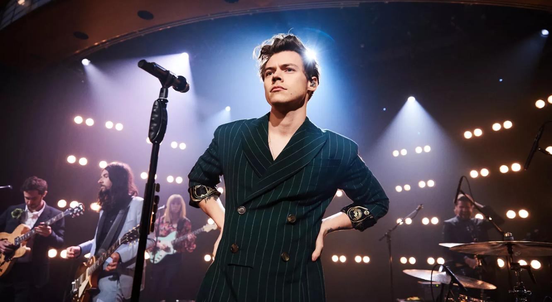 İzleyin: Harry Styles Gay Bir Hayranının Annesine Açılmasına Yardım Etti