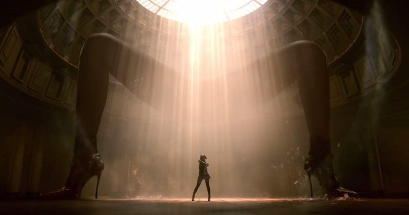 İzleyin: Ariana Grande'nin Yeni Klibinde Tanrı, Madonna Tarafından Seslendirildi