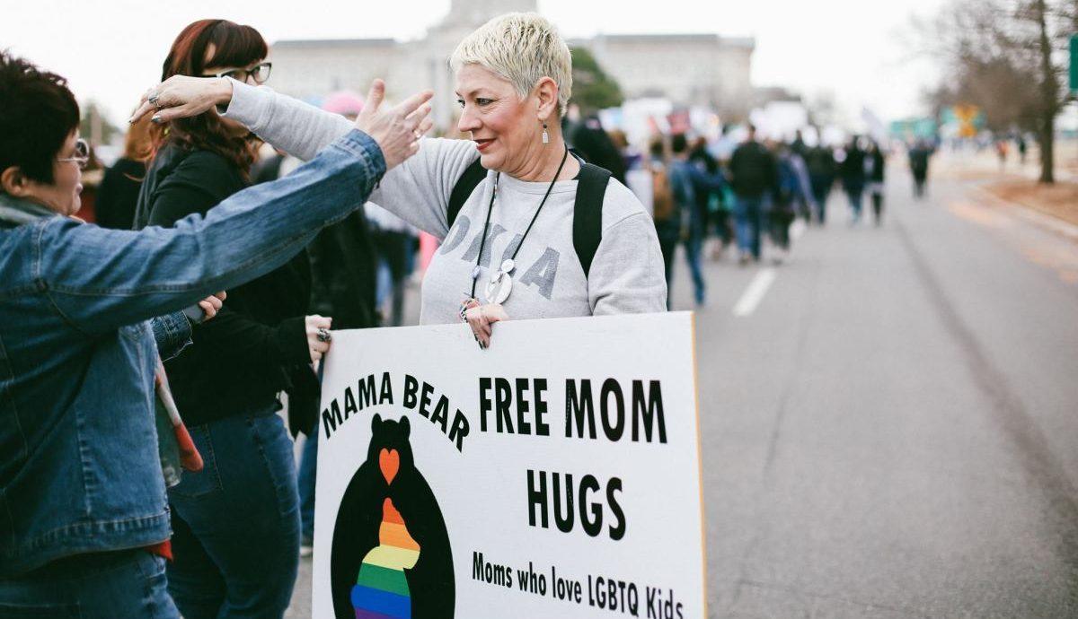 """İhtiyacı Olanlar İçin """"Eşcinsel Düğünlere Katılacak Anne"""" Yardımı!"""