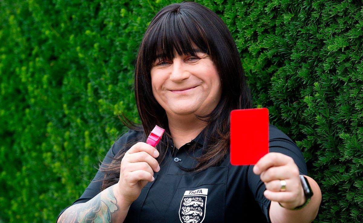 İngiltere'nin İlk Trans Hakemi İlk Resmi Futbol Maçını Yönetti