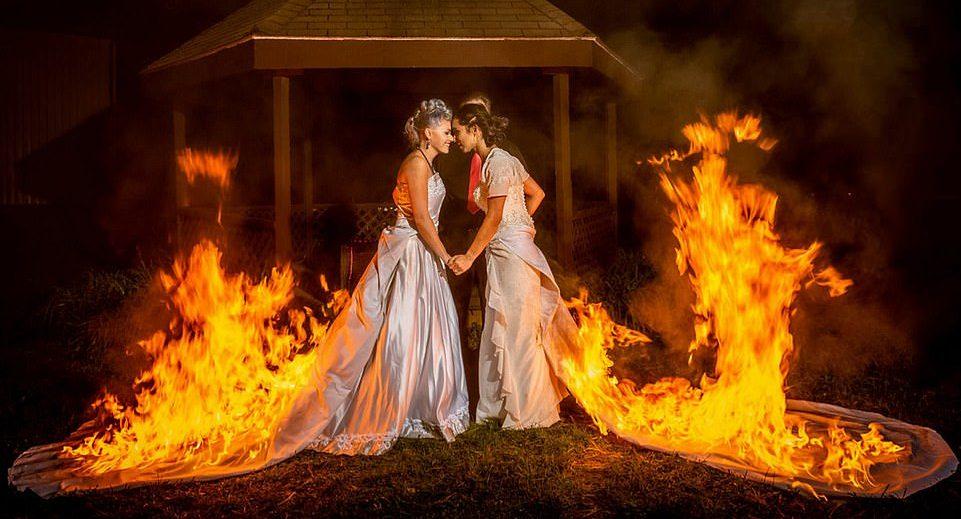 İzleyin: İki Gelin Düğünlerinde Gelinliklerini Yaktı!