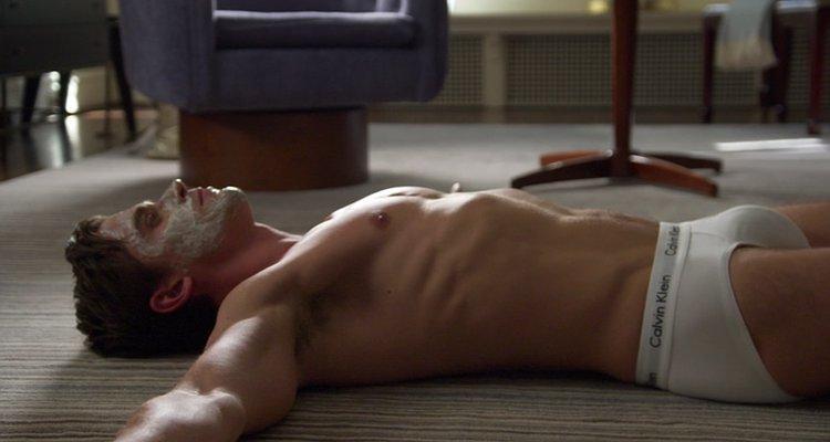 İzleyin: Queer Eye Yıldızı Antoni 'American Psycho' Parodisi İçin Soyundu