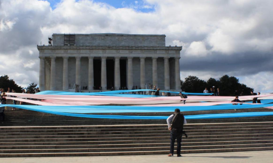 Trump'a Tepkiler Büyüyor! Lincoln Anıtı'nda Dev Trans Bayrağı: Yok Olmayacağız!