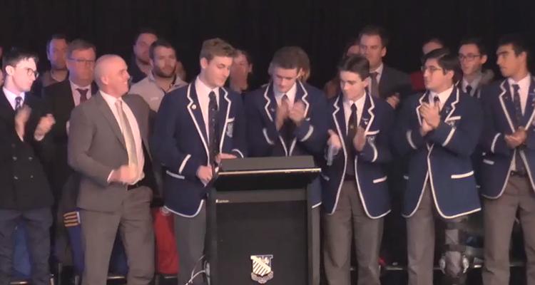İzleyin: Eşcinsel Genç Lise Töreninde Açıldı, 1500 Kişi Ayakta Alkışladı!
