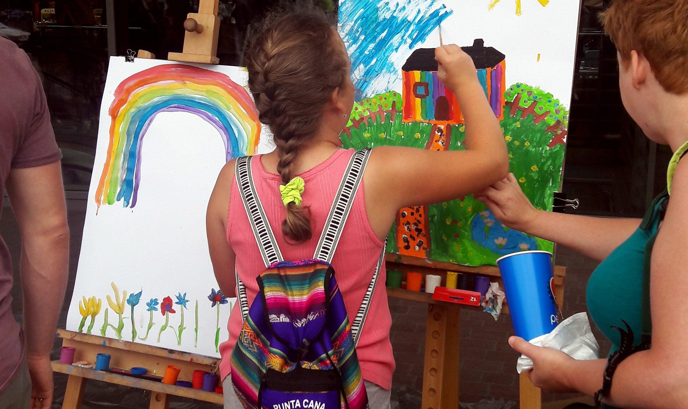 """Rus Polisi """"Eşcinselliği Yücelttiği"""" Gerekçesi İle Çocukların Çizimlerine El Koydu!"""