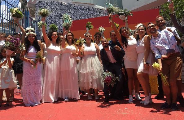 İzleyin: Homofobik Başkanları Yüzünden Toplu Evlenme Töreni Düzenlediler