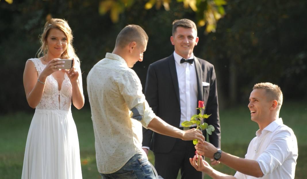 İzleyin: Polonyalı Gay Çiftin 100 Farklı Yerdeki Evlenme Teklifi Videosu Viral Oldu