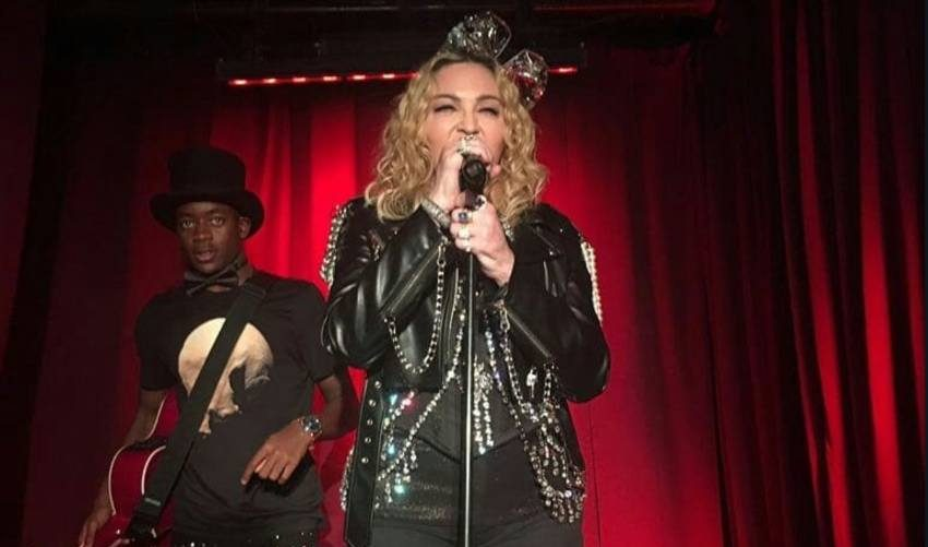 İzleyin: Madonna'dan Gay Bar Sürprizi!