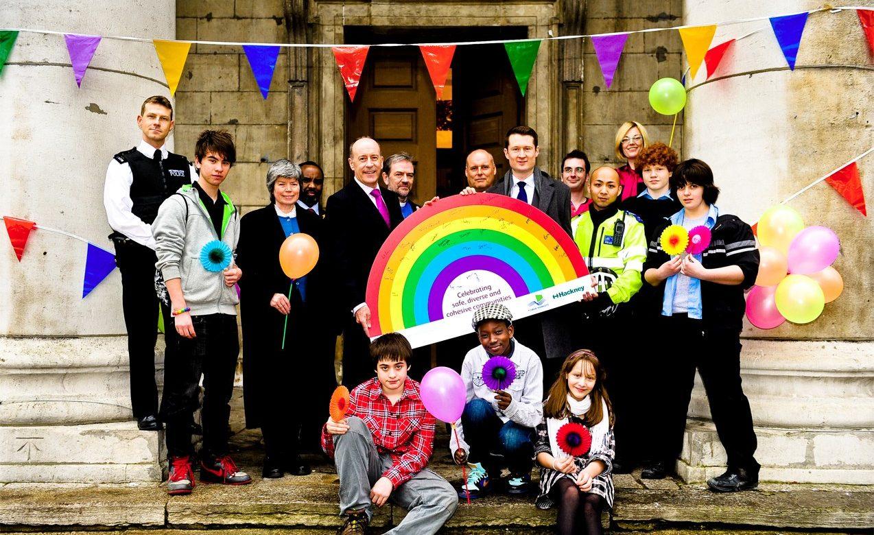 İngiltere'de LGBT ve Regl Gibi Konular İlköğretim Müfredatına Girdi Müslümanlar Kızdı!