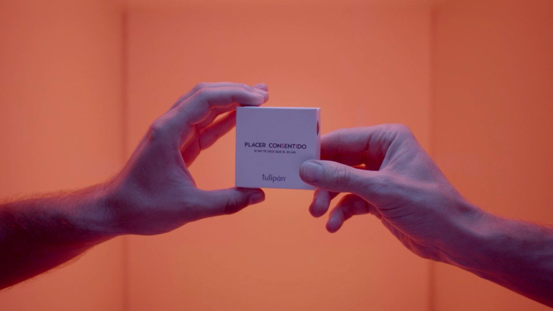 Sadece Dört Elle Açılan 'Karşılıklı Rıza Prezervatifi' Tartışmalara Yol Açtı!