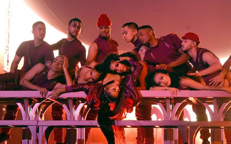 İzleyin: Ariana Grande Coachella Performansını Dev Gökkuşağı Bayrağıyla Bitirdi