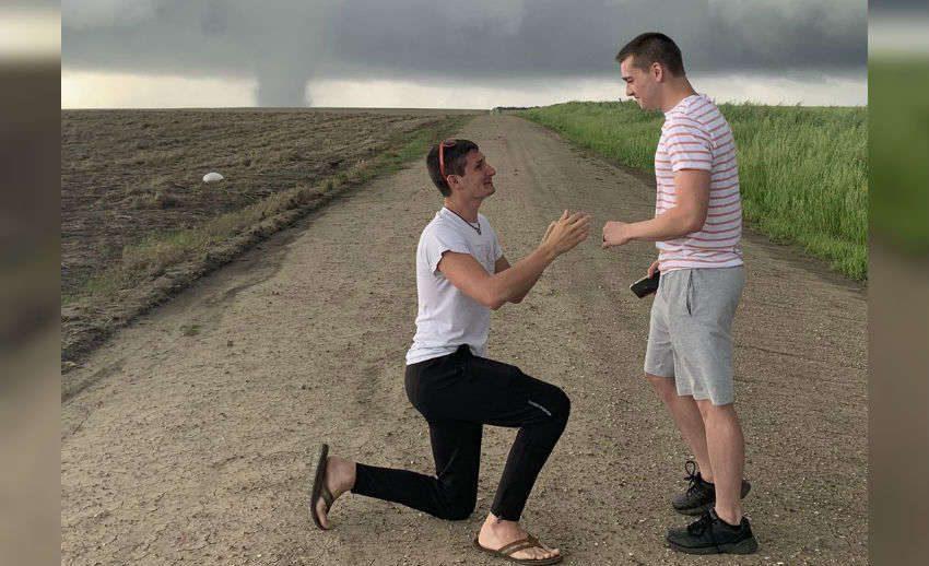 DENEMEYİNİZ! Meteoroloji Uzmanından Hortum Önünde Evlenme Teklifi!