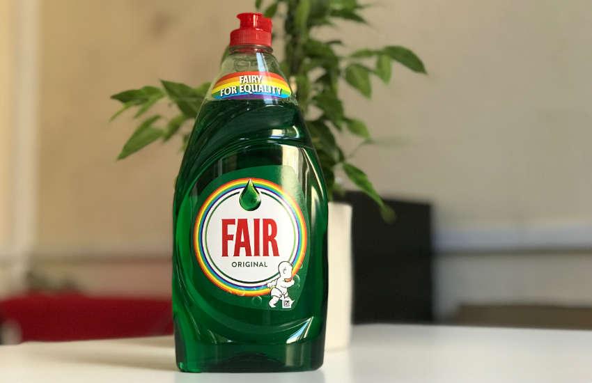 Bulaşık Deterjanı Markası Fairy, LGBT'ye Destek Olmak İçin Logosunu Değiştirdi!