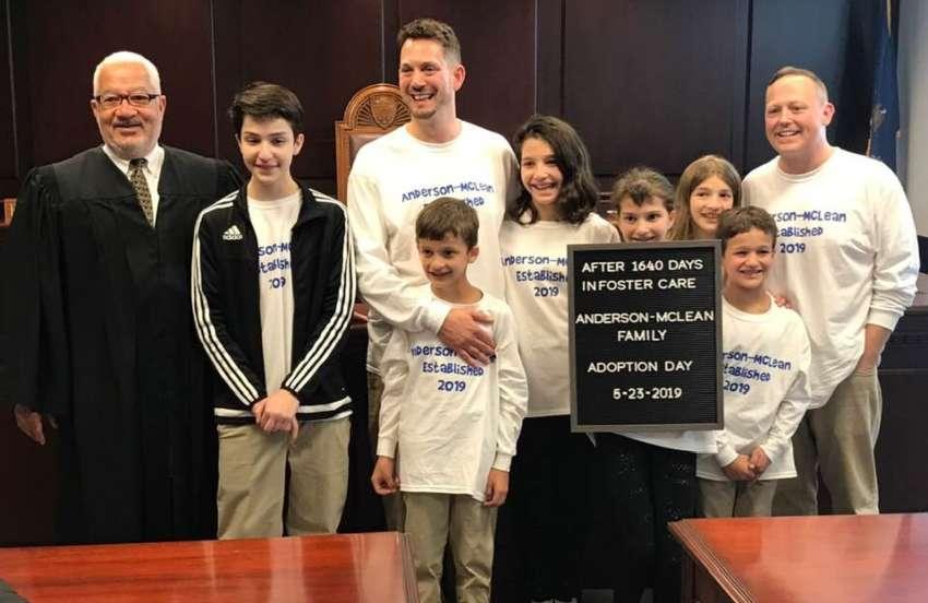 Gay Çift Koruyucu Babalığını Yaptığı 6 Çocuğu da Birbirlerinden Ayrılmasınlar Diye Evlat Edindi