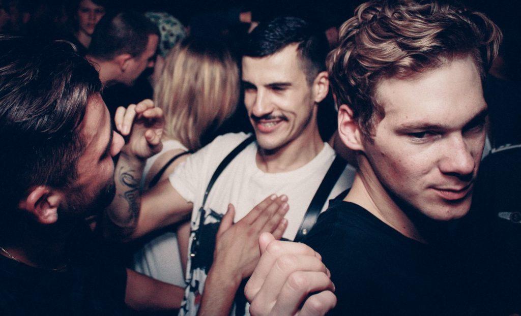 Heteroseksüel Arkadaşınızın Gay-Curious Olduğunu Anlamanın 17 Yolu