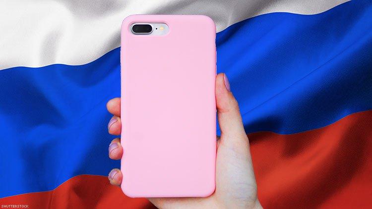 Rusya'da Bir Okul, Pembe Telefon Kılıfı Kullandığı İçin Bir Çocuğun Gay Olduğunu İddia Etti