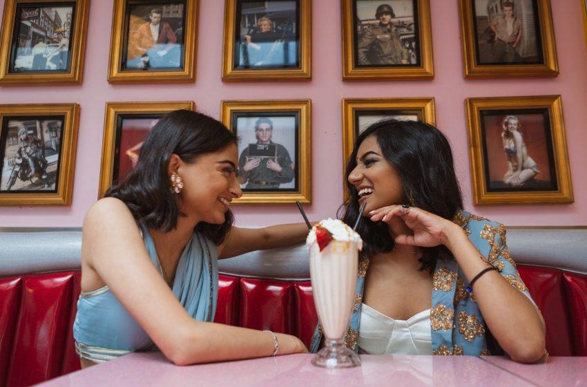 Hindu-Müslüman Lezbiyen Çift ilk Evlilik Yıldönümlerini Kutladı