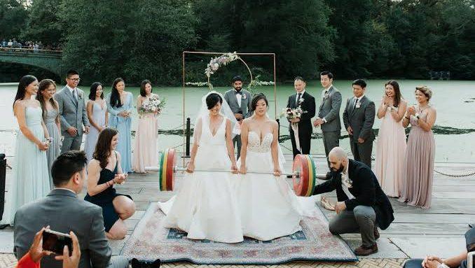 Düğünlerinde Halter Kaldıran Lezbiyen Çiftin Fotoğrafları Viral Oldu