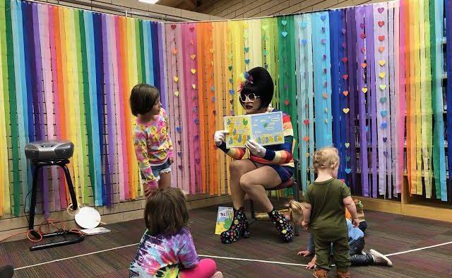 İsveç, Çocukları Okuryazarlığa Teşvik Etmeleri İçin Drag Queen'lere 177.000 Dolar Bağış Yaptı