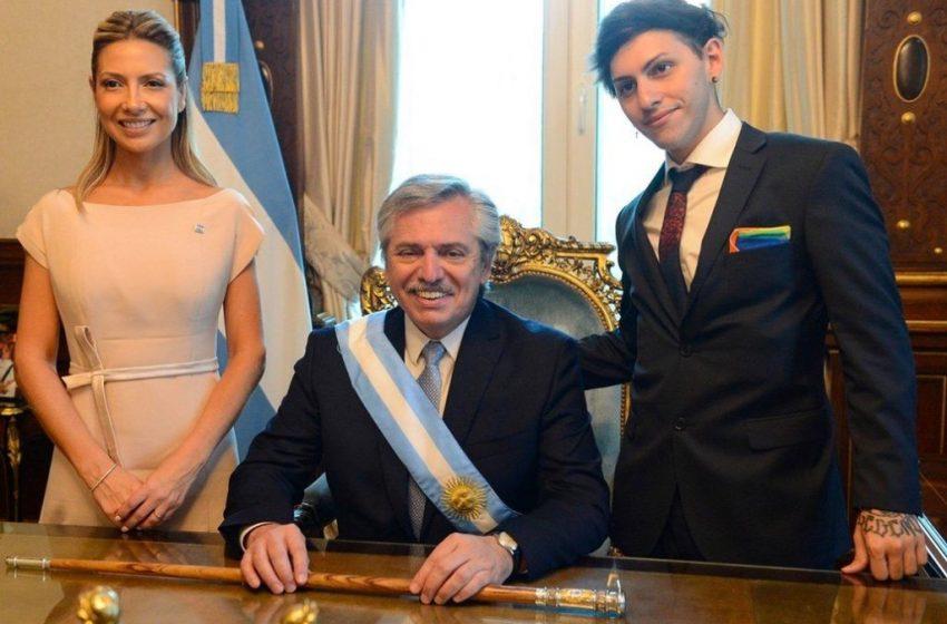 Arjantin'in Yeni Başkanı Görev Yemini Ederken Eşcinsel Oğlu LGBT Bayrağını Tüm Dünyaya Gösterdi