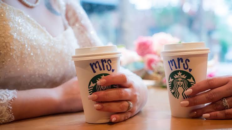 Hava Durumu Nedeniyle Düğünleri İptal Olan Lezbiyen Çift, Starbucks'ta Evlendi!