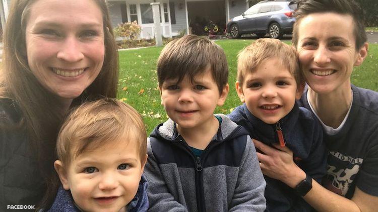 Lezbiyen Çift, Birlikte Büyüyebilsinler Diye Üç Erkek Kardeşi Sırasıyla Evlat Edindi