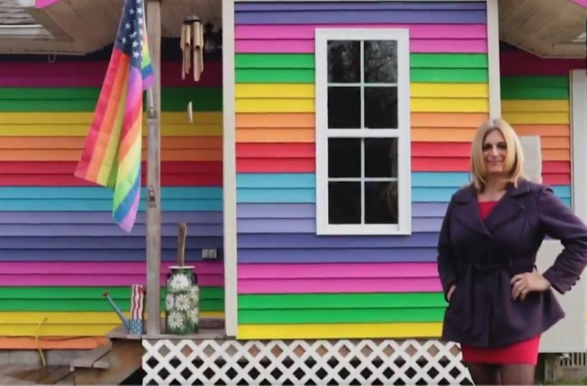 LGBT Bayrağı Yüzünden Trans Kadının Kedisini Kesen Transfobiklere, Tüm Evi Gökkuşağına Boyayarak Cevap Verdiler!