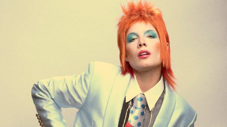 Halsey David Bowie Oldu, Açtı Ağzını Yumdu Gözünü!