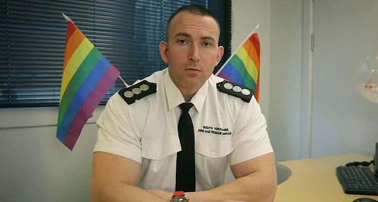 İzleyin: İngiliz İtfaiyeciler LGBT Karşıtı ve Pride Bayrağından Rahatsız Olan İnsanlara Böyle Cevap Verdi